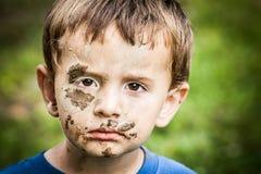 Грустный бездомный мальчик стоковые изображения