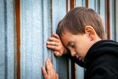 Грустный бездомный мальчик стоковые фото