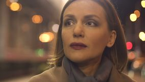 Грустный брюнет женский в пальто идя в город сумерек, депрессию, одиночество видеоматериал