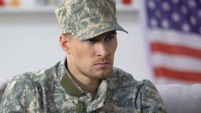 Грустный военнослужащий думая о проблемы, Дня памяти погибших в войнах, разлада posttraumatic стресса сток-видео