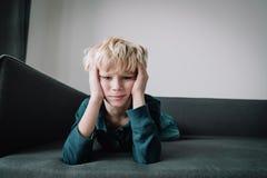 Грустный ребенок, стресс и депрессия, высасывание, аутизм стоковое изображение rf