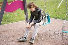 Грустный сиротливый подросток на открытом воздухе на спортивной площадке затруднения отрочества в концепции связи стоковые изображения