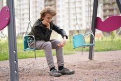Грустный сиротливый подросток на открытом воздухе на спортивной площадке затруднения отрочества в концепции связи стоковое фото rf