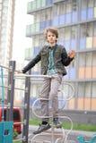 Грустный сиротливый подросток на открытом воздухе на спортивной площадке затруднения отрочества в концепции связи стоковые изображения rf