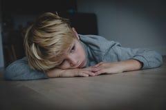 Грустный усиленный уставший вымотанный ребенок дома стоковые фотографии rf