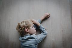 Грустный усиленный уставший вымотанный ребенок дома стоковые изображения