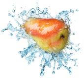 груша брызгая воду Стоковая Фотография