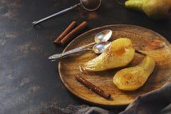 Груша испеченная в сладостном сиропе служила на деревянной плите Краденная груша Стоковое Фото