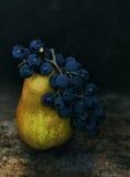 Груша и виноградины Стоковая Фотография RF