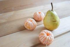 Груша и tangerines Стоковые Изображения