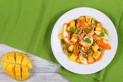Груша, киви, абрикос, салат манго с muesli Стоковая Фотография