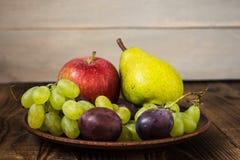 Груша сливы яблока виноградин плиты плодоовощ Стоковые Изображения RF