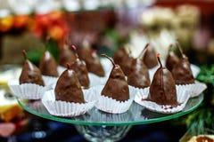 Груша шоколада испечет на стеклянном подносе Еда концепции, десерты, re стоковое фото rf