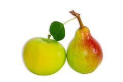 Груша Bartlett и яблоко на светлой предпосылке Стоковые Изображения