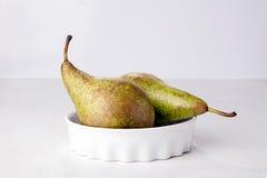 2 груши в блюде фарфора Стоковые Фото