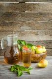 Груши в деревянном блюде и carafe сока груши Стоковые Фото