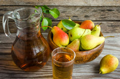Груши в деревянном блюде и carafe сока груши Стоковое Изображение