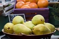 Груши в магазине плодоовощей & овощей Стоковые Изображения