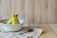 2 груши в шаре на деревянной предпосылке с copyspace Стоковое Изображение