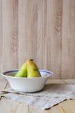 2 груши в шаре на деревянной предпосылке с copyspace Стоковая Фотография RF