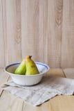2 груши в шаре на деревянной предпосылке с copyspace Стоковая Фотография