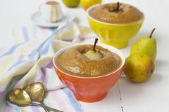 Груши испекли в печенье с соусом арахиса карамельки стоковые изображения rf