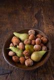Груши и грецкие орехи осени в шаре Стоковые Изображения