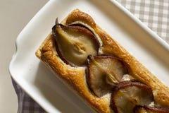 Груши и пирог марципана на винтажной салфетке, надземной съемке Стоковые Изображения RF