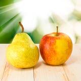 Груши и яблоки против солнца Стоковое Изображение RF