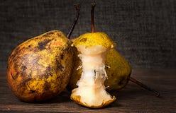 2 груши и stub стоя на деревянном столе Стоковые Изображения RF