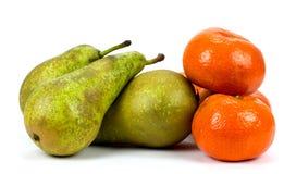 Груши и tangerines на белой предпосылке Стоковое Фото
