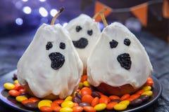 Груши конфеты хеллоуина или белые призраки шоколада на ручке Стоковое фото RF