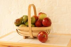 груши корзины яблок Стоковое фото RF