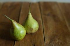 Груши на деревянной предпосылке зеленые груши Естественный свет Винтажная доска Стоковые Изображения