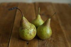 Груши на деревянной предпосылке зеленые груши Естественный свет Винтажная доска Стоковое Изображение RF