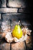 Груши на деревенской деревянной предпосылке Стоковое Изображение