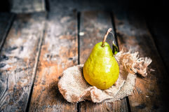 Груши на деревенской деревянной предпосылке Стоковое Фото