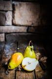 Груши на деревенской деревянной предпосылке Стоковые Фотографии RF
