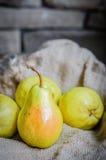 Груши на деревенской деревянной предпосылке Стоковые Фото