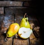 Груши на деревенской деревянной предпосылке Стоковая Фотография RF