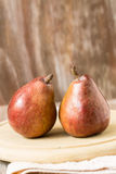 2 груши на деревянной доске Стоковое фото RF