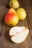Груши на деревянной таблице Стоковое Изображение