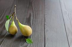 2 груши на темной деревянной предпосылке Стоковые Изображения RF