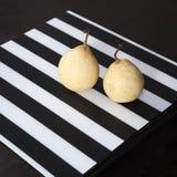 2 груши на черно-белой striped салфетке Стоковая Фотография