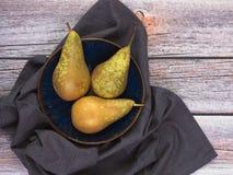 3 груши, разнообразие конференции, на голубом блюде на деревянной предпосылке с космосом экземпляра Плод и сбор, тема еды стоковые фото