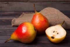 2 груши с половиной на темной деревянной предпосылке Стоковая Фотография RF