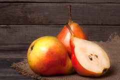 2 груши с половиной на темной деревянной предпосылке Стоковые Фотографии RF