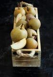 Груши Nashi в деревянной коробке Стоковое Фото