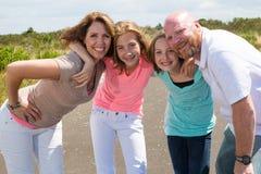 Груды счастливые семьи вместе с счастливыми улыбками Стоковое Изображение