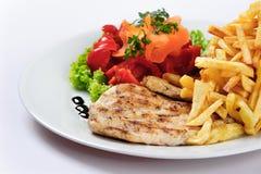 Грудь сваренная цыпленком и зажаренные картошки Стоковые Фото